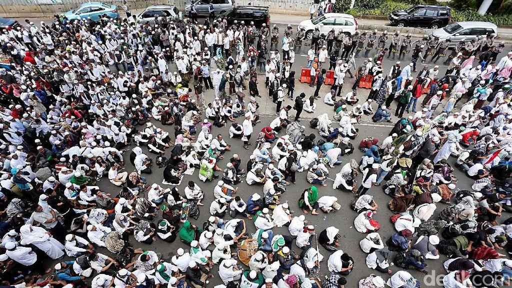 Massa FPI Putihkan Depan Polda Metro