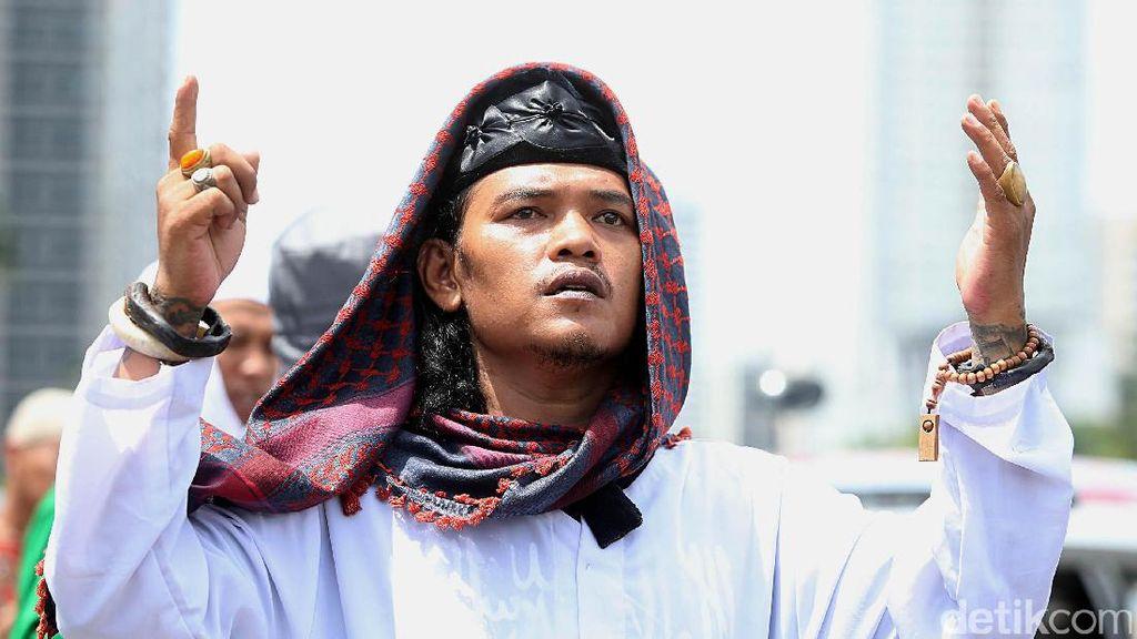Aksi Tunjuk Jari dan Doa Massa FPI