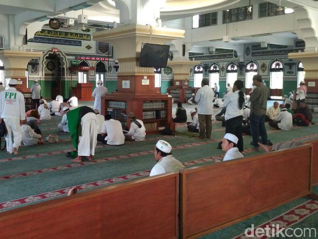 Massa FPI Mulai Bersiap Salat Duha di Masjid Al-Azhar