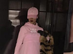 Rihanna Pakai <i>High Heels</i> dan Rok Balet Saat Demo Anti Donald Trump