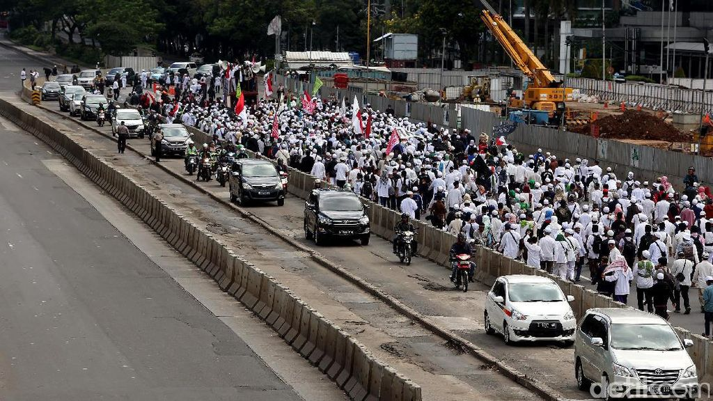 Massa FPI Jalan Lawan Arah Saat Long March