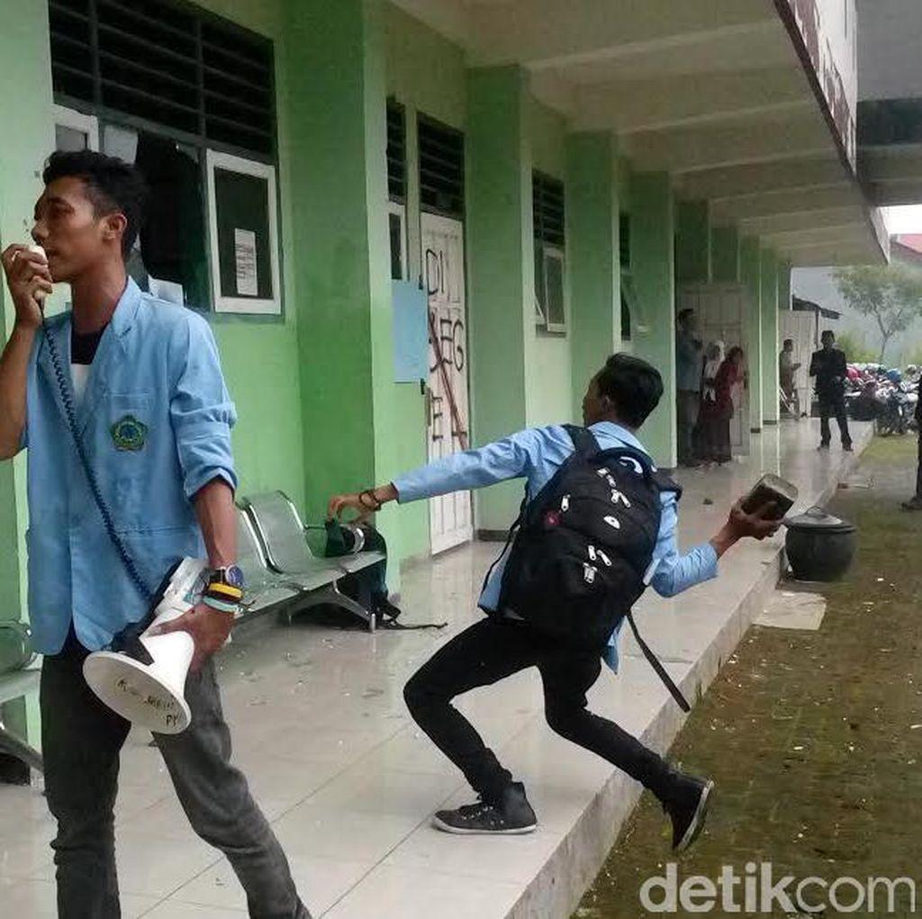 Mahasiswa STIT Raden Wijaya Rusak Kantor dan Segel Ruang Dosen