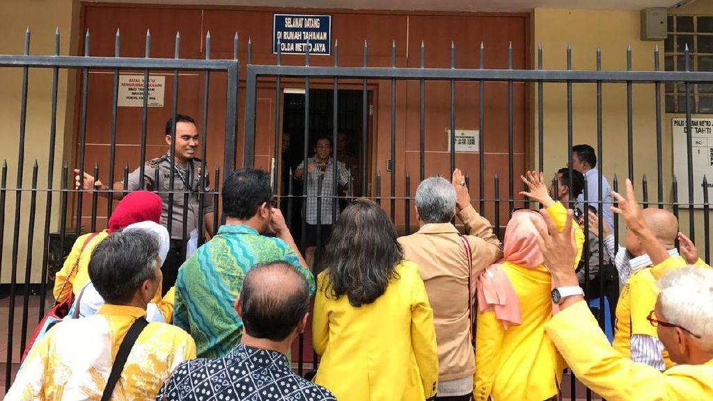 Alumni UI Tengok Sri Bintang di Tahanan Polda Metro
