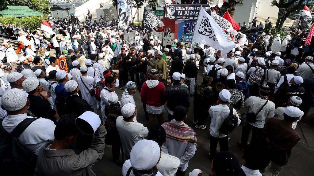 Massa FPI Bersiap Menuju Polda Metro