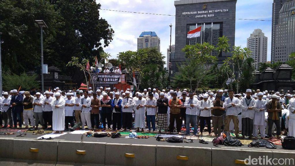 Massa FPI Gelar Salat Zuhur di Jl Sudirman Depan Polda Metro