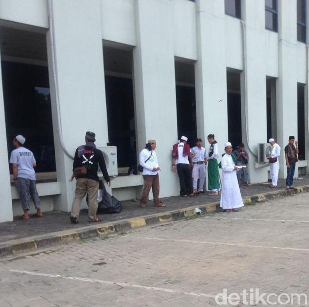 Kawal Habib Rizieq, Massa FPI Mulai Berdatangan di Masjid Al-Azhar