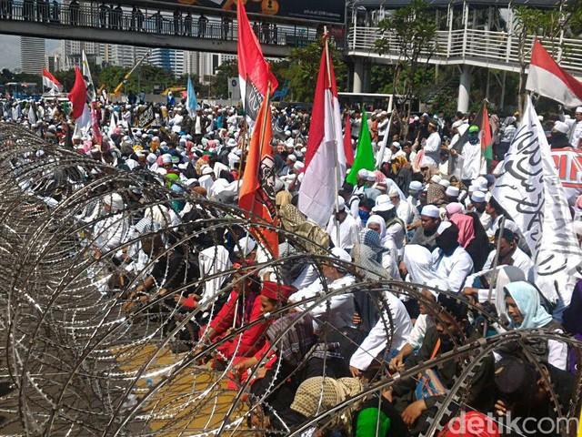 Massa FPI Demo di Polda Metro Jaya