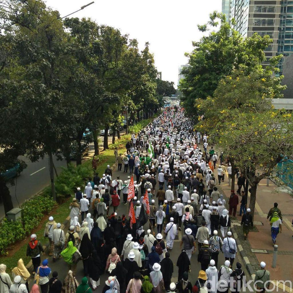 Long March, Massa FPI Jalan Lawan Arah di Sudirman Menuju Polda Metro