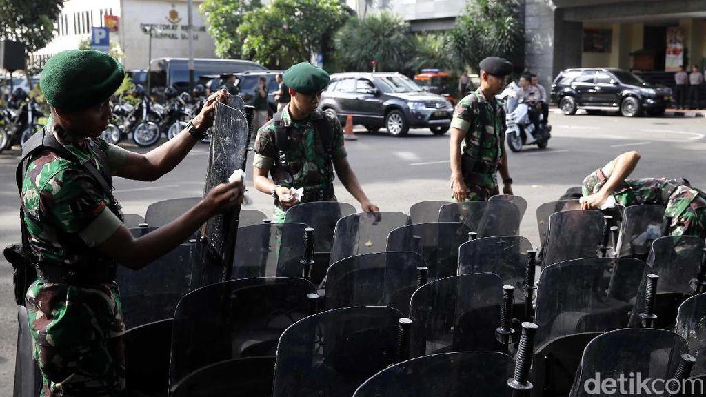 Anggota TNI Ikut Amankan Polda Metro Jaya