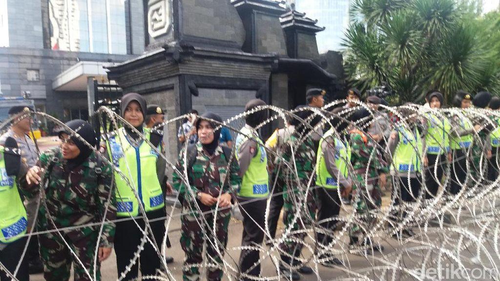 Polwan dan Kowad Baris Paling Depan Jaga Aksi FPI