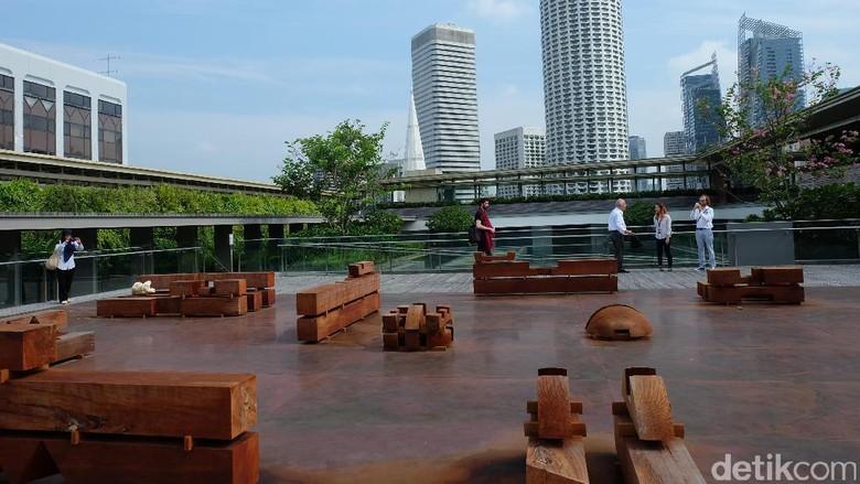 Potongan Kayu Karya Danh Vo di Rooftop Galeri Nasional Singapura