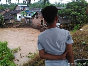 Banjir Menerjang Jember, Dua Rumah Terbawa Arus Sungai