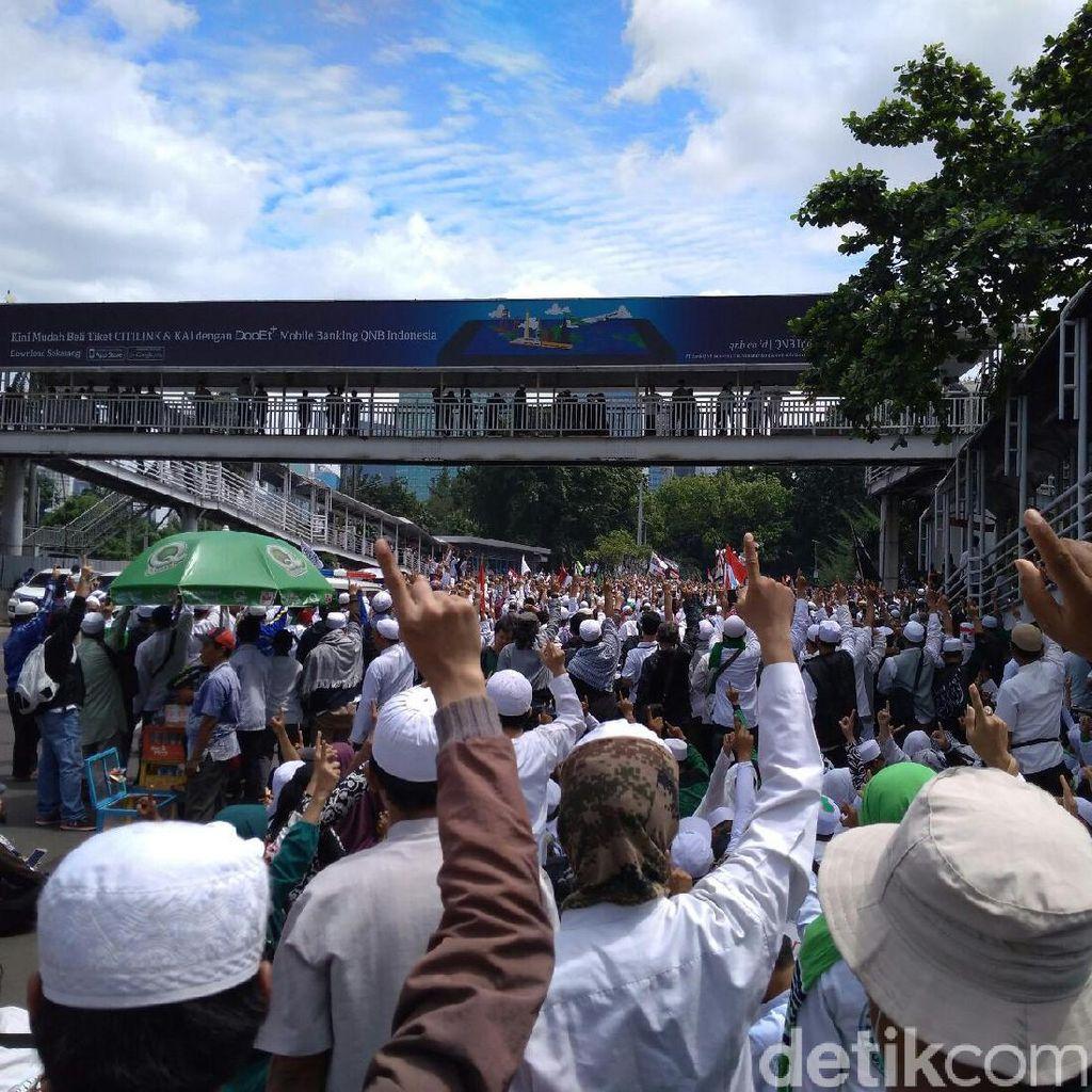 Sambil Acungkan Jari Telunjuk, Massa FPI Berdoa di Depan Mapolda