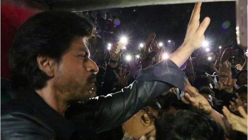 Sunny Leone Ketakutan Lihat Fans Shah Rukh Khan Menggila