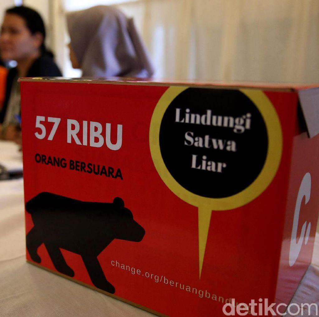 Warga Serahkan Beruang Madu Secara Sukarela ke BBKSDA Riau