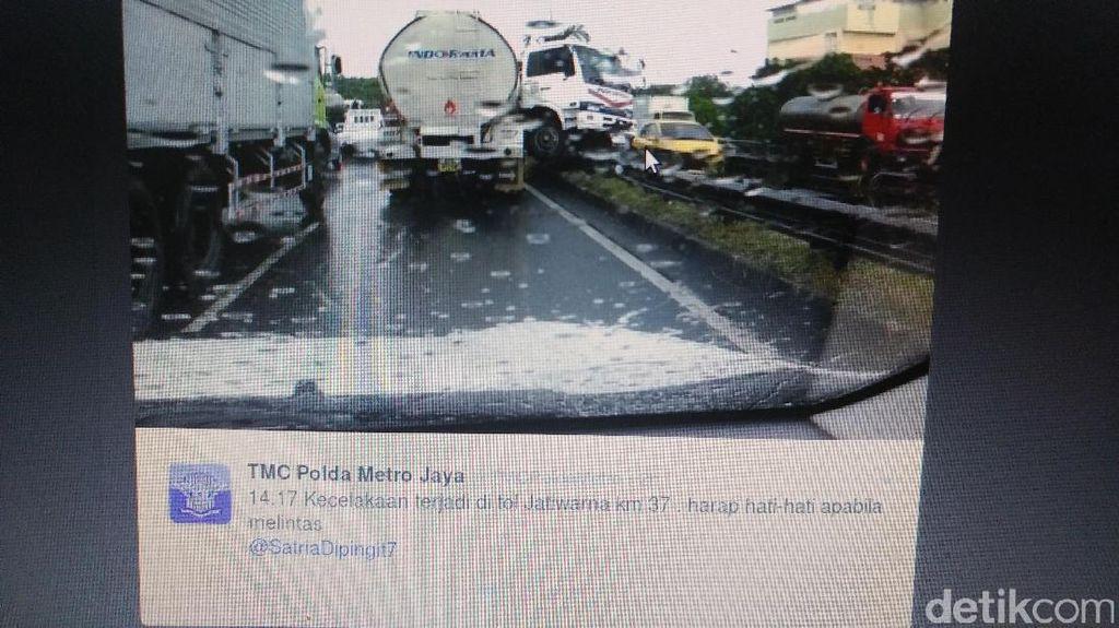 Truk Nyangkut di Separator Tol Jatiwarna Arah Pondok Indah