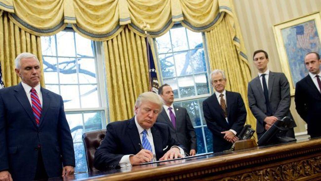 Disaksikan Para Pria, Trump Teken Aturan Soal Aborsi