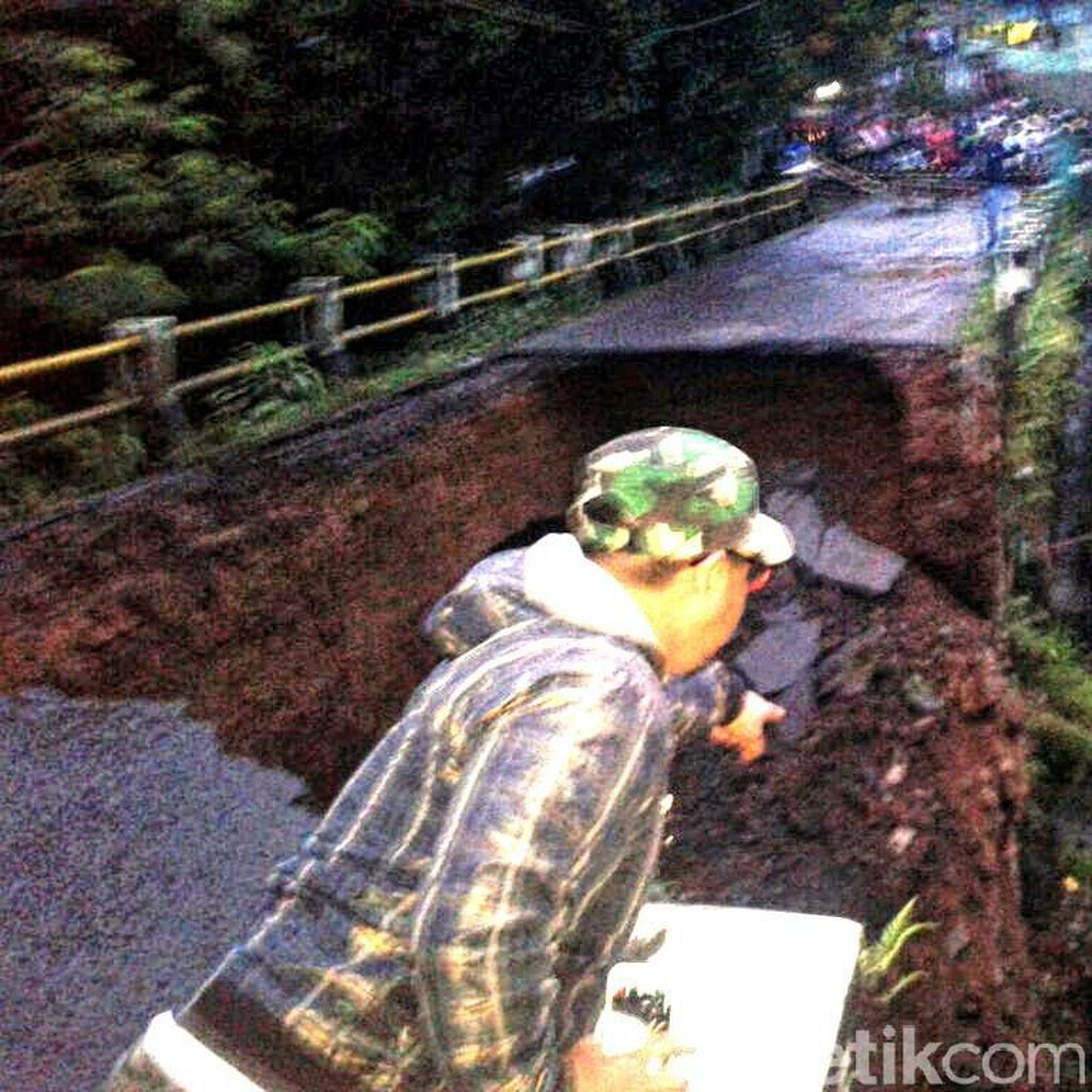 Hujan Deras Sebabkan Satu Jembatan di Sukabumi Ambles