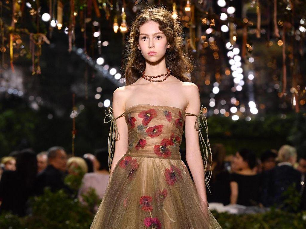 Dior Fashion Show Tampilkan Gaun-gaun Mewah di Hutan Belantara