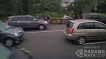 Mobil Innova Terperosok ke Parit Tol Jagorawi Arah Bogor