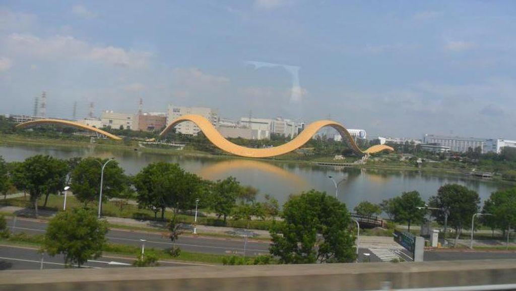 Pemandangan Menarik dari Balik Jendela Kereta Cepat Taiwan