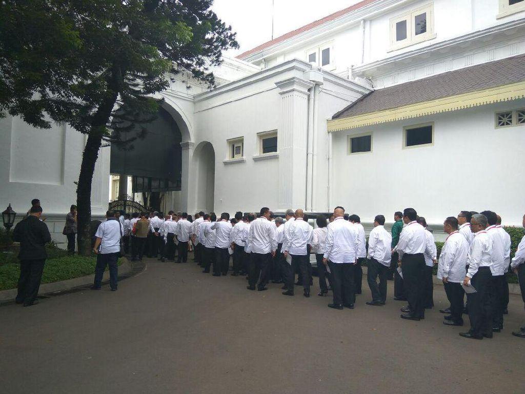 Kompak Berbaju Putih, Rini dan Ratusan Bos BUMN Datangi Istana