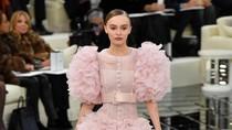 Foto: Putri Johnny Depp Cantik Bak Putri di Fashion Show Chanel, Paris