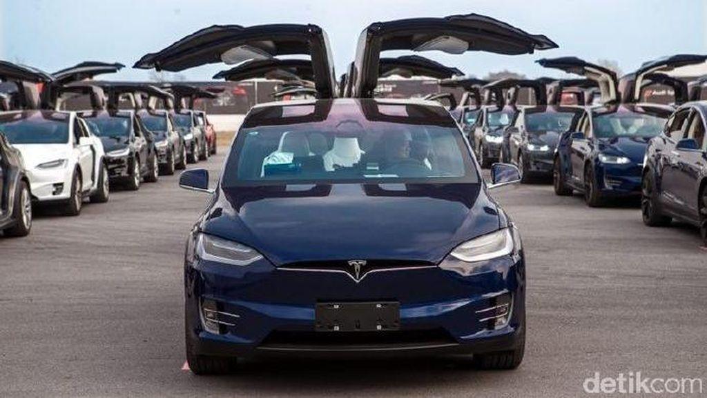 Ratusan Mobil Tesla Pecahkan Rekor Parade