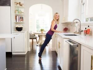 Saat Memasak Anda Bisa Lakukan 8 Olahraga Ringan Ini di Dapur (1)