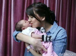 Nunggu 5 Tahun, Cerita Alice Norin Lahirkan Bayi Perempuan