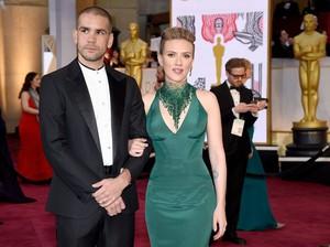 Dikabarkan Cerai, Scarlett Johansson Masih Pakai Cincin Nikah