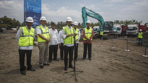 Presiden Joko Widodo memberikan keterangan kepada wartawan setelah prosesi ÒBabat Alas Nawung KridhaÓ atau membuka, membersihkan dan menata lahan pembangunan New Yogyakarta Internasional Airport (NYIA) di Temon, Kulonprogo, DI Yogyakarta, Jumat (27/1). Pembangunan New Yogyakarta Internasional Airport di Kulonprogo di atas lahan seluas 587 hektar dengan investasi Rp.9,3 triliun sebagai pengganti bandara Adisucipto tersebut ditargetkan selesai pada tahun 2019. ANTARA FOTO/Hendra Nurdiyansyah/ama/17.