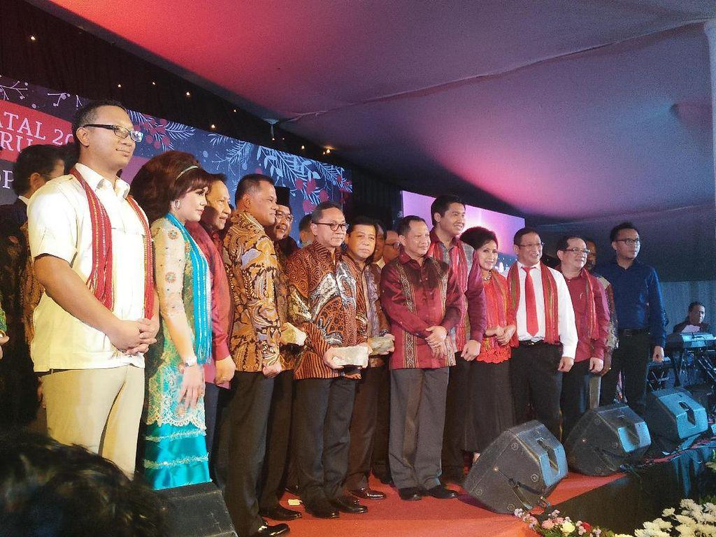 Saat Kapolri dan Panglima TNI Nyanyikan Lagu Tanah Papua