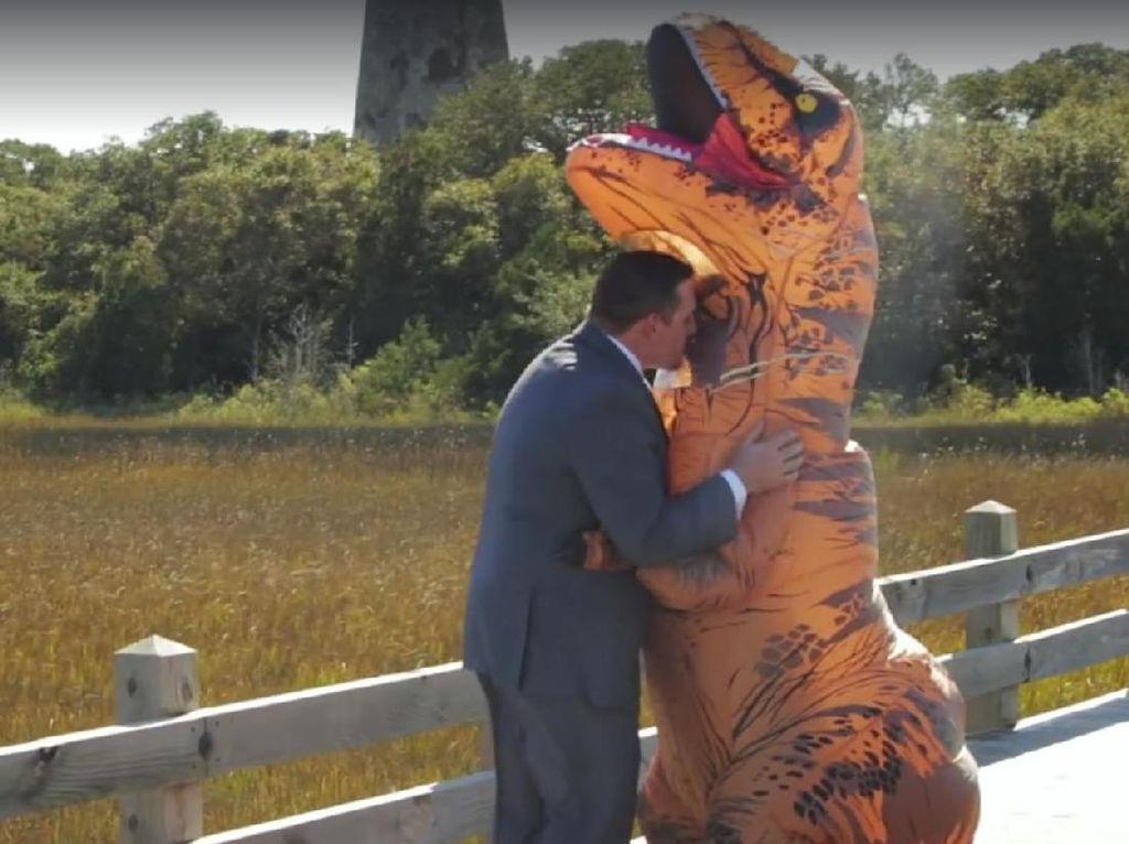 Pengantin Wanita Ini Berubah Jadi T-Rex untuk Kejutkan Calon Suami