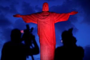 Imlek, Patung Kristus di Rio Berwarna Merah