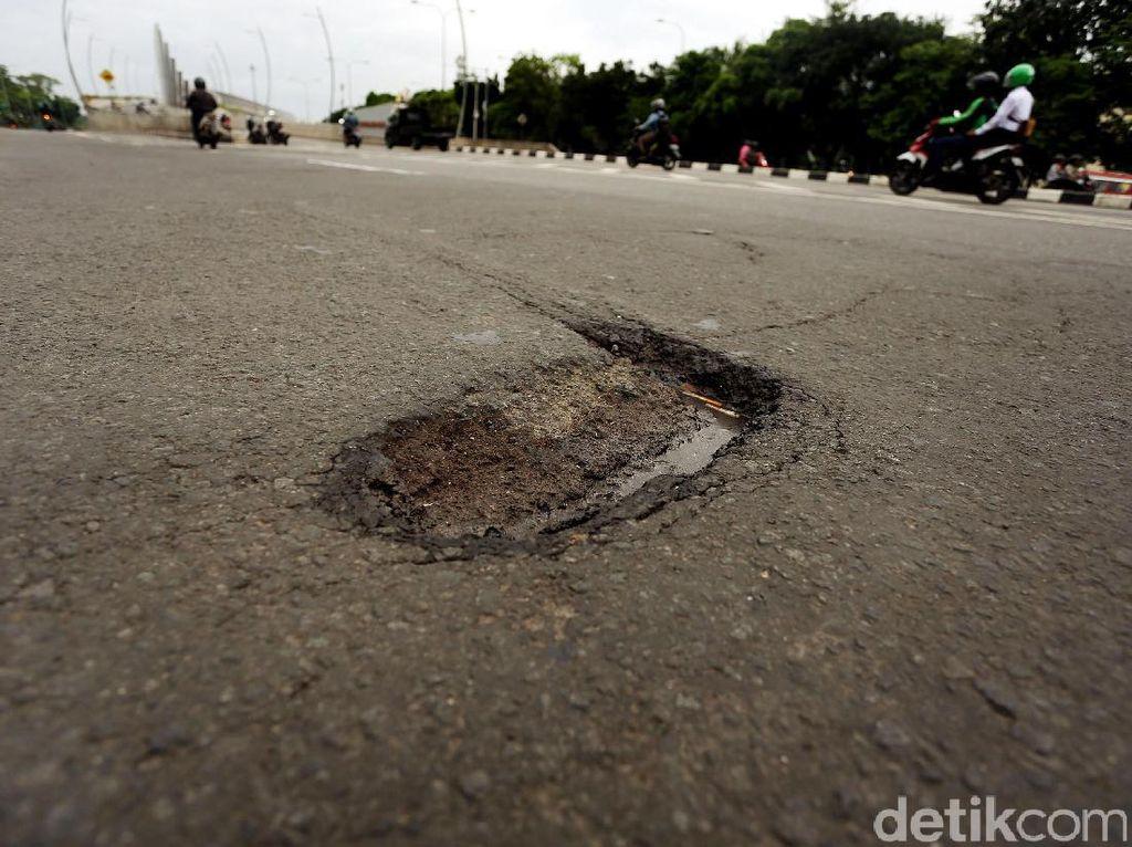 Jalan Berlubang di Depan Pemkot Bekasi Picu Kecelakaan