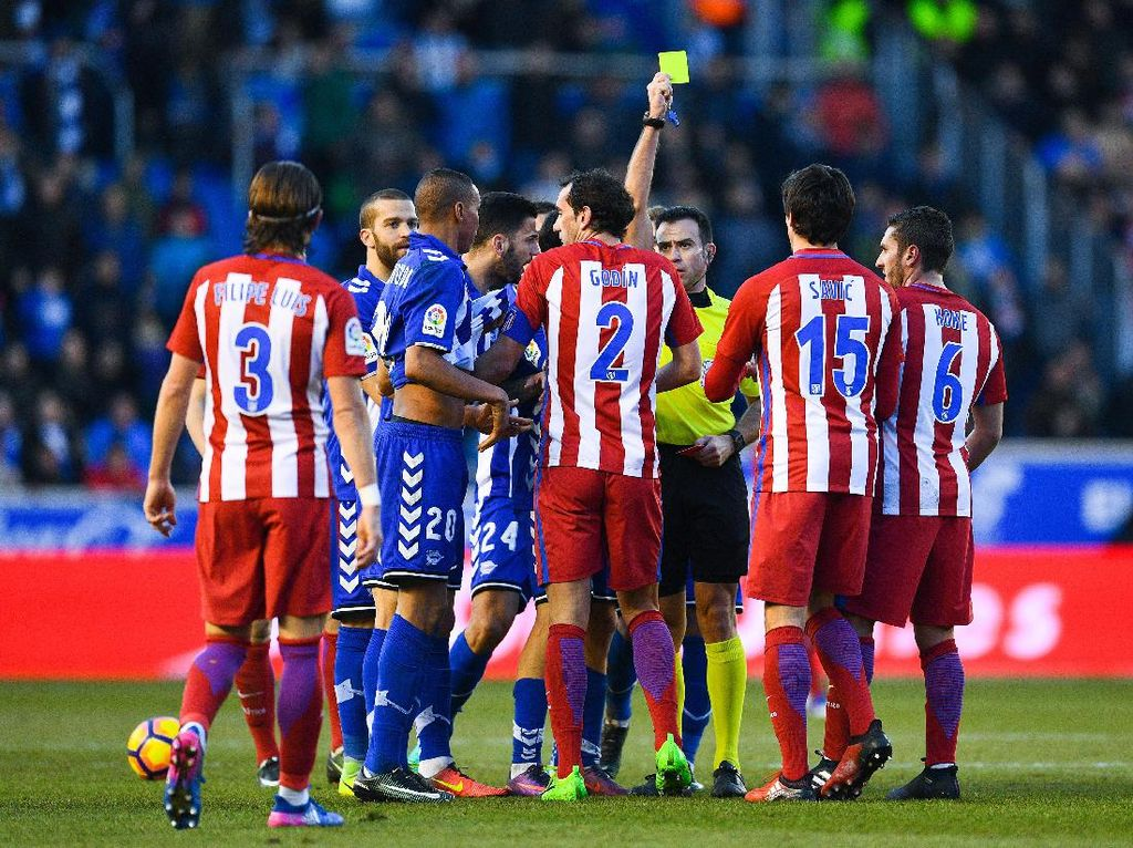 Saling Meludah Godin dan Deyverson dalam Laga Atletico vs Alaves