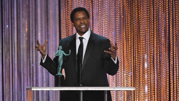 LOS ANGELES, CA - JANUARY 29:  Actor Denzel Washington accepts Outstanding Performance by a Male Actor in a Leading Role for 'Fences' onstage during The 23rd Annual Screen Actors Guild Awards at The Shrine Auditorium on January 29, 2017 in Los Angeles, California. 26592_014  (Photo by Kevin Winter/Getty Images )
