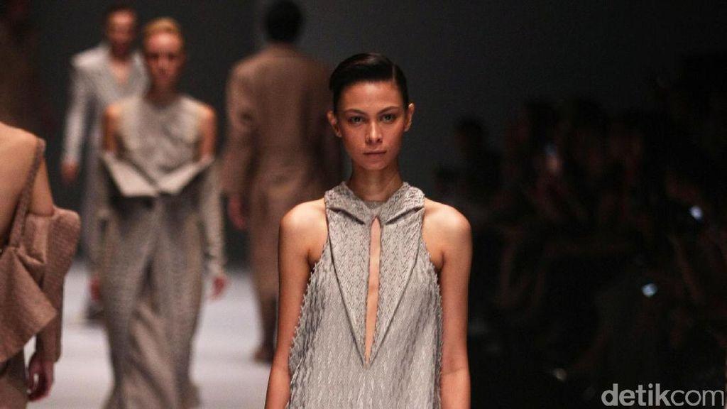 Foto: Koleksi Sapto Djojokartiko di Jakarta Fashion Week 2017