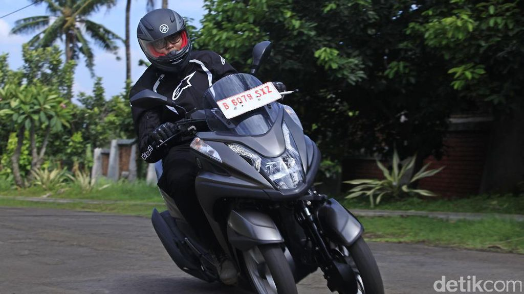 Meliuk-liuk dengan Yamaha Tricity