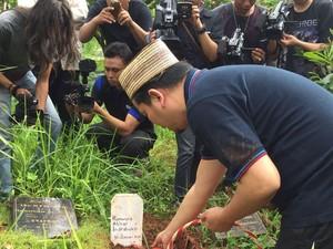Istri Indra Bekti Tak Bisa Lihat Pemakaman Anak Ketiganya