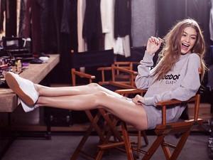 Gigi Hadid Pamer Kaki Jenjang di Iklan Sepatu