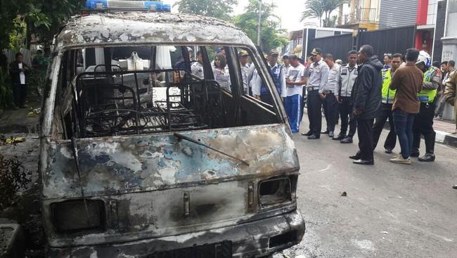 Kesal Diderek Petugas,Pemilik Bakar Mobilnya di Paseban Jakpus