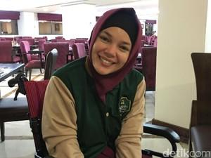 Dewi Sandra Semprot Air Zam Zam ke Wajah untuk Perawatan Kulit Selama Umrah