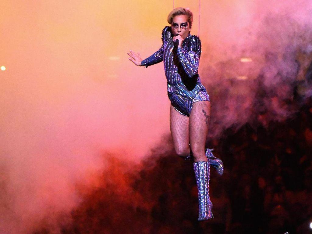 Ikut Kritik Perut Lady Gaga, Desainer Stefano Gabbana Minta Maaf