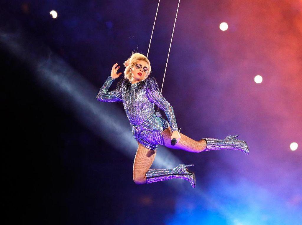 Gaya Seksi Lady Gaga Pakai Body Suit Versace di Super Bowl
