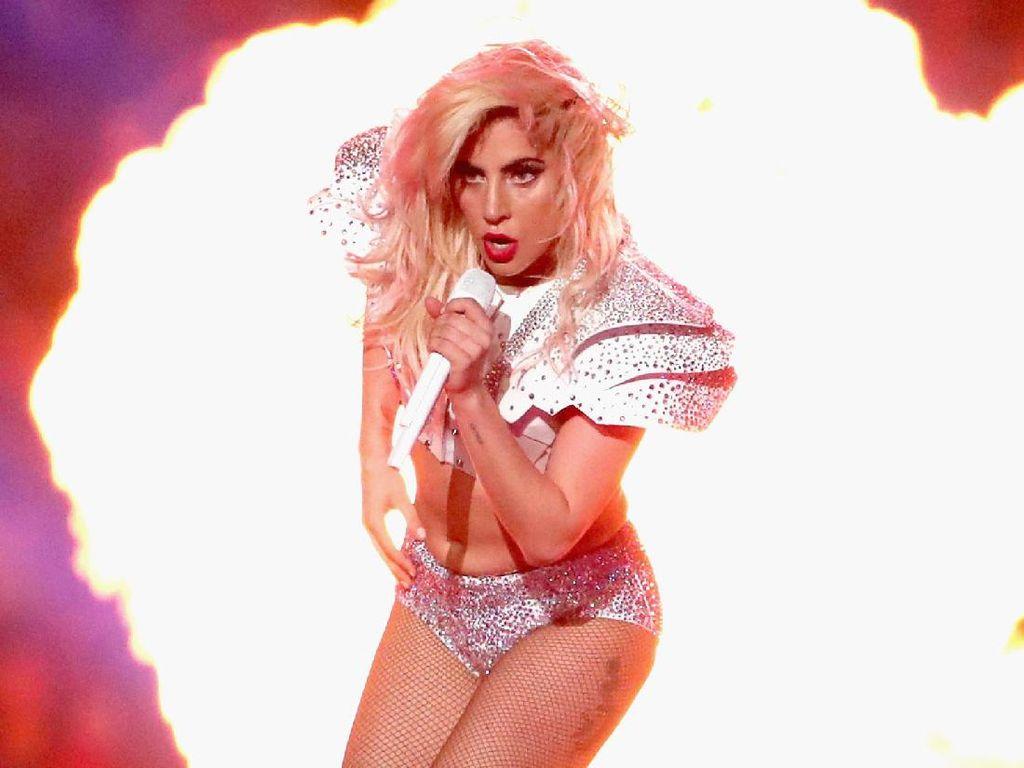 Lady Gaga Batalkan Konser Karena Penyakit Saraf Fibromyalgia