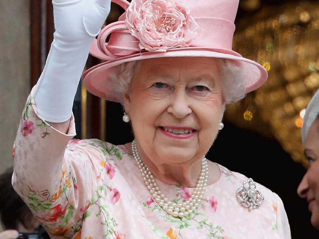 Ternyata Ratu Elizabeth Punya Tangan Palsu Untuk Melambai Kepada Publik
