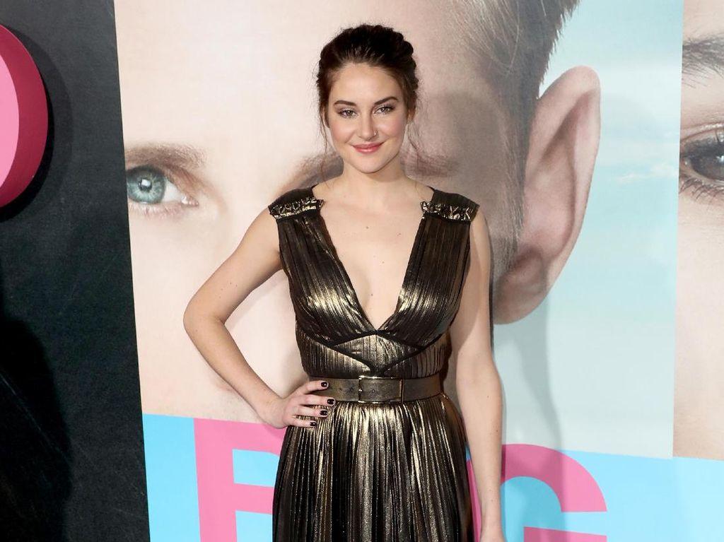 Seksinya Shailene Woodley dengan Dress Gold