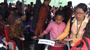 Tiba di Ambon, Jokowi Langsung Bagi-bagi Biskuit dan Kartu Sakti